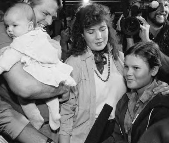 Barry Huntoon (trái), một cựu chiến binh Mỹ, cùng với vợ và con sơ sinh vào năm 1987, cùng đi đón một cô gái hợp chủng tuổi teen Huntoon tin là con gái mình, sinh ra sau khi ông rời Việt Nam.. Nguồn: http://immigrationinamerica.org/