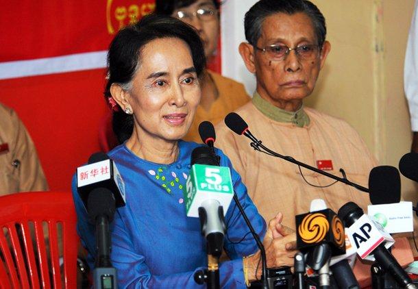 Lãnh đạo đối lập Aung San Suu Kyi, trả lời giới truyền thông trong cuộc họp báo tại trụ sở của đảng NLD ở Rangoon hôm thứ Tư. (Nguồn: Steve Tickner / The Irrawaddy)