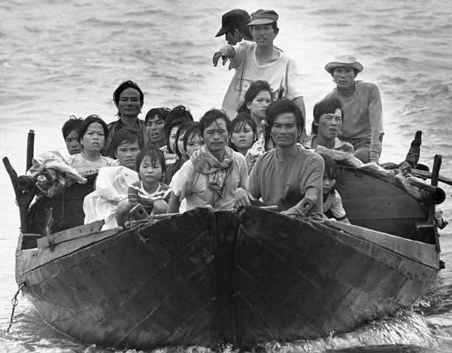 Người tị nạn Việt Nam gần Hồng Kông. Chúa Carrington, người đã đến thăm trại tại thuộc địa cũ của Anh đã đề nghị Anh nên chấp nhận 10.000 người tị nạn trong một khoảng thời gian hai năm. http://www.dailymail.co.uk/