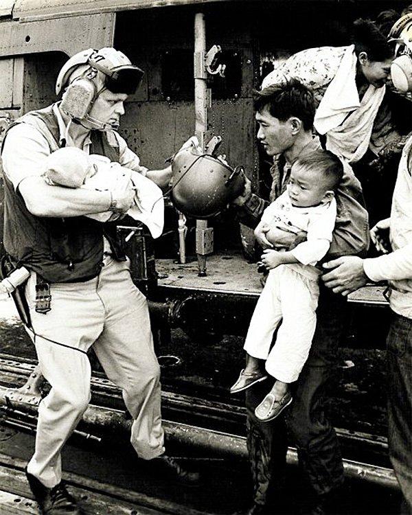 Nhiều người trong số những người tị nạn cứu trong Chiến dịch Gió lốc còn rất trẻ. Trong một số trường hợp, cha mẹ bị buộc phải ở lại sau khi đặt con cái của họ trong máy bay trực thăng sơ tán đã được điền vượt quá khả năng. Nguồn: THE USS MIDWAY MUSEUM