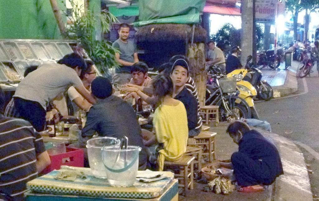 cụ bà trên 80 ..... nhưng hằng đêm vẫn đi bán đậu phộng luộc để kiếm sống trên bờ kè kênh Nhiêu Lộc. Nguồn: OntheNet