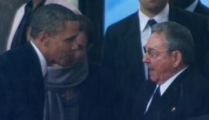 Trong hình chụp màn hình, Tổng thống Mỹ Obama bắt tay Tổng thống Cuba Raul Castro ở Soweto, Nam Phi, nhân dịp lễ tưởng niệm cựu Tổng thống Nam Phi Nelson Mandela vào ngày 10 tháng 12, 2013. Các cái bắt tay giữa hai người lãnh đạo của hai nước thù nghịc trong cuộc chiến tranh lạnh trong buổi lễ chú trọng vào di sản hòa giải của Mandela. (Associated Press)