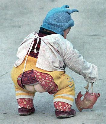 Trẻ en TTQ mặc quần hở đũng. Nguồn OntheNet