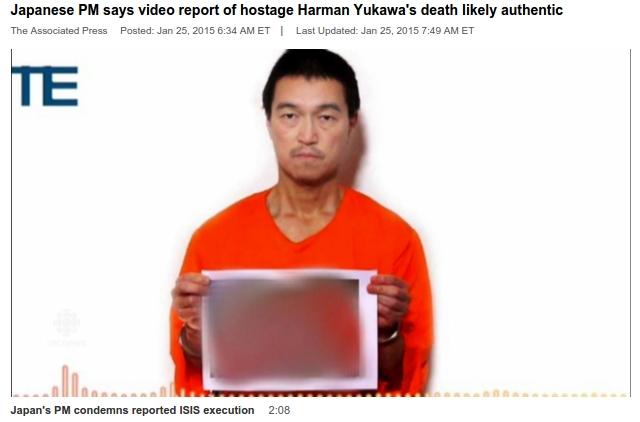 Hình chụp lại từ  video của ISIS: Ông Goto cầm tấm ảnh  ông Yakawa sau khi bị hành quyết.