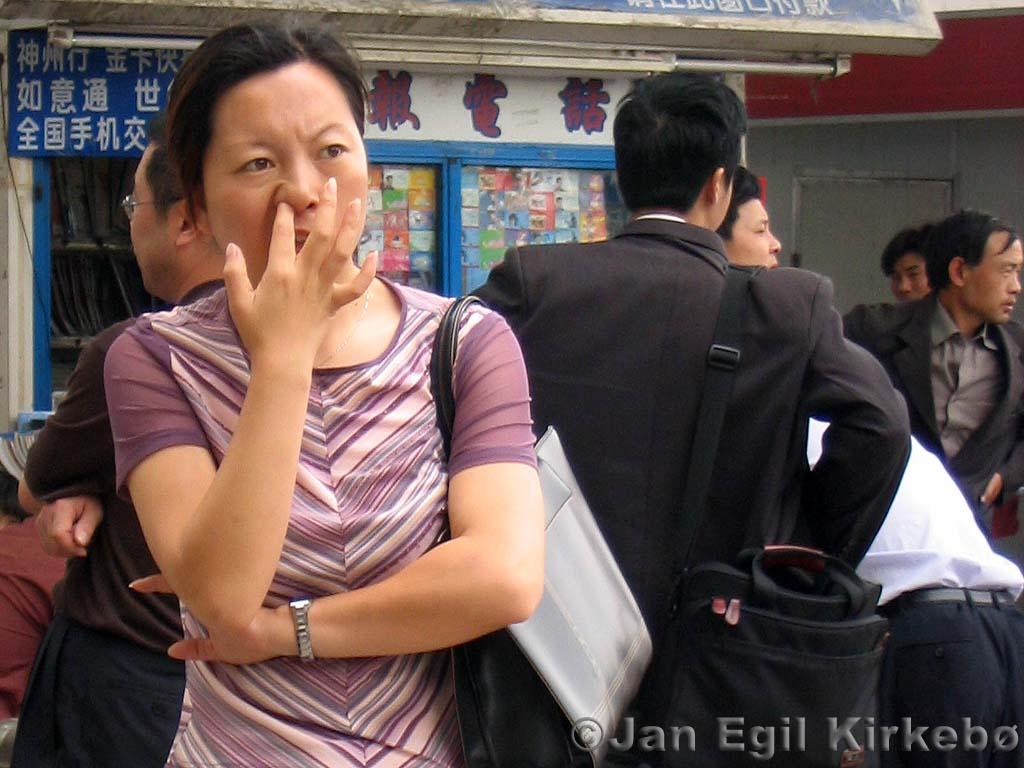 """""""Văn hóa móc mũi"""" thường ngày ở Hoa lục (Hình chụp ở Nam Kinh). Nguồn: due-east.org"""