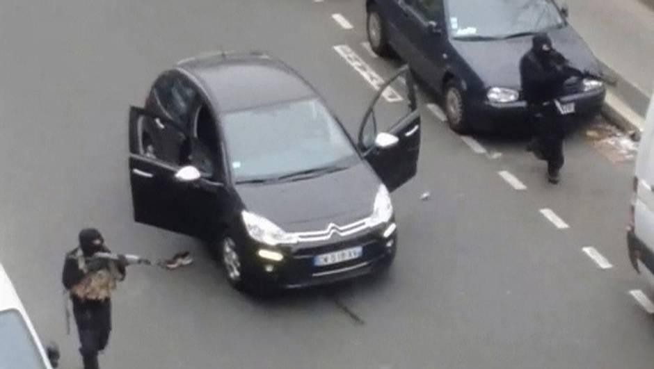 Sát thủ chạy khỏi văn phòng của tạp chí trào phúng Charlie Hebdo của Pháp ở Paris, trong hình lấy từ video của nhân chứng.