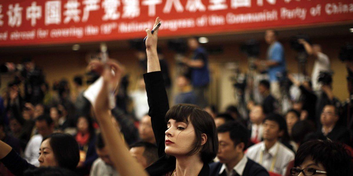 Một nhà báo nước ngoài giơ tay lên để hỏi một câu hỏi trong một cuộc họp báo ở Bắc Kinh. Nguồn: Reuters / Carlos Barria