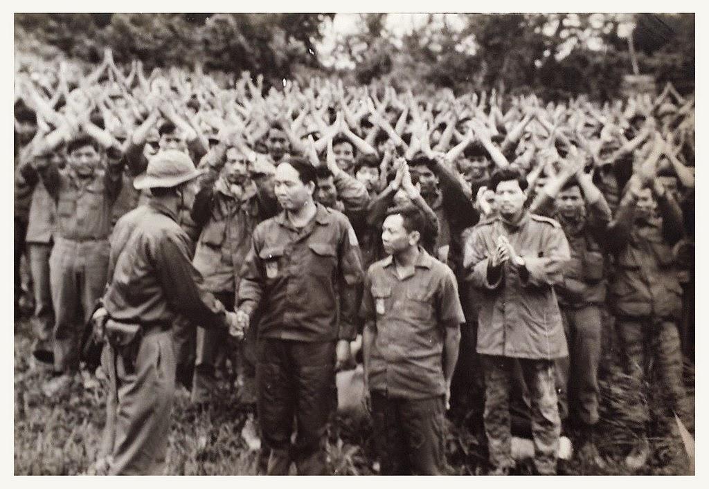 Trung tá Phạm văn Đính, chỉ huy trưởng trung đoàn 56 bộ binh, và trung tá Vĩnh Phong cùng 600 binh sĩ dưới quyền đầu hàng quân Bắc VN tại căn cứ Carroll. Ngồn: OntheNet