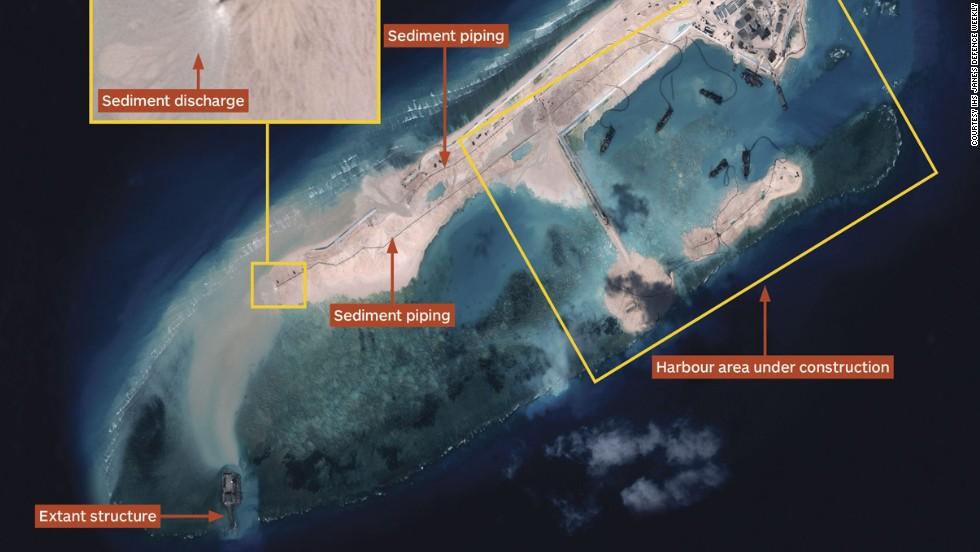 Hình chụp từ trên không Đá Chữ thập ngày 14 tháng 11, 2014 cho thấy TQ đang xây dựng cảng và các công thự khác. HÌnh: IHS Janes's Defense Weekly