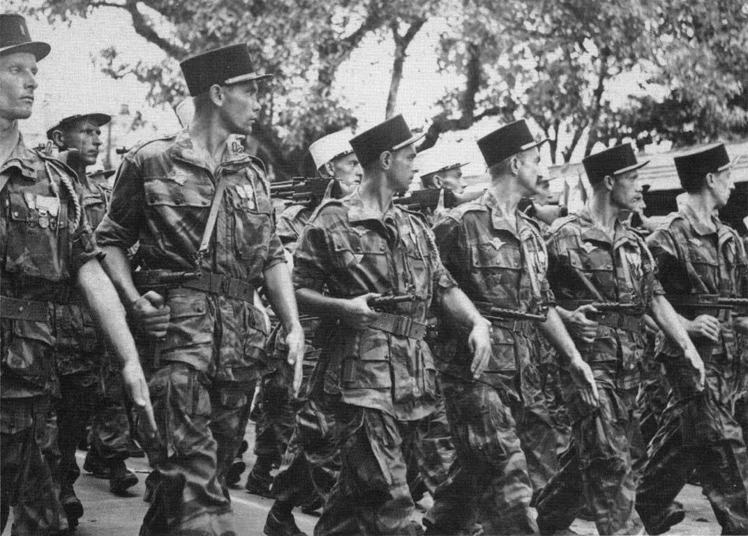 Bastille Day, 1954: Lính dù của cuộc diễu hành Pháp Foreign Legion thông qua các đường phố của Hà Nội, hai tháng sau khi đồng bào của họ đầu hàng tại Điện. Nguồn:  .reddit.com