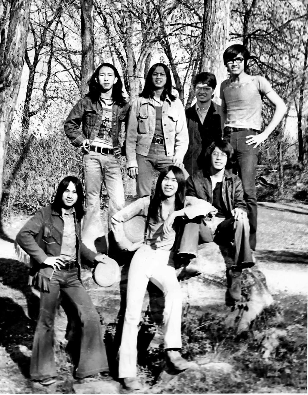 Dr. Vương Thanh Xuyên,  áo đen, đưng hàng thứ 2 , với những nguofi bạn trẻ ở Ottawa những năm đầu thập niê 1970. Nguồn : DCVOnline.