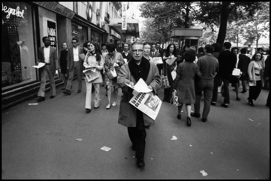 "PHÁP. Paris. 1970. Jean Paul Sartre đi bán báo cấm ""La Cause Du People"". Nguồn: © Gilles Peress/Magnum Photos"