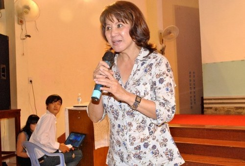 Phùng Kim Vy chia sẻ về cuộc sống và những phước hạnh từ Đức Chúa Trời với thanh niên Hội Thánh Si-ôn tại Nhà thờ Tin lành Phạm Thế Hiển, Quận 8, TP HCM, 31/5/2012. Nguồn: http://hoithanh.com