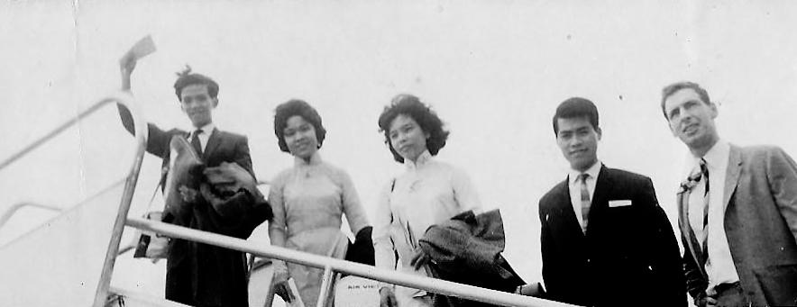 Tấm hình tượng trưng cho 40 du sinh plan Colombo lên đường đi Canada ngày 3 tháng 9 năm 1963. Nguồn: Colombo 1963 và thân hữu (Picasa Web Albums)
