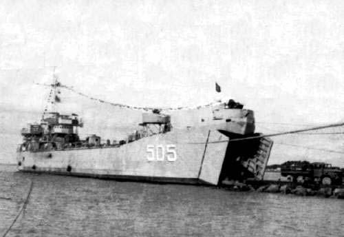 Tàu HQ-505 ủi lên bãi biến thành một công sự khổng lồ dài tới 100 mét, rộng 18 mét án ngữ lối lên đảo Cô Lin, Trường Sa. Nguồn: OntheNet