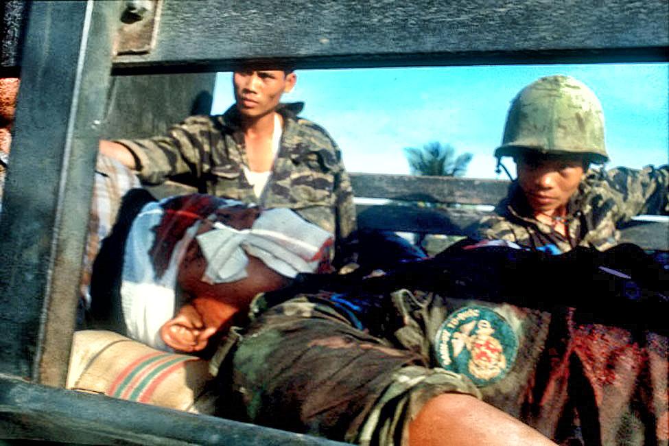TToor quốc - Danh dự: Một chiến sĩ Thủy quân lục chiến VNCH bị thương trong cuộc chiến đấu bảo vệ dân trong cuộc tổng công lkisch Tết Mạu Thann 1968 tại Saigon. Nguồn: Angelo Cozzi/Mondadori Portfolio via Getty Images