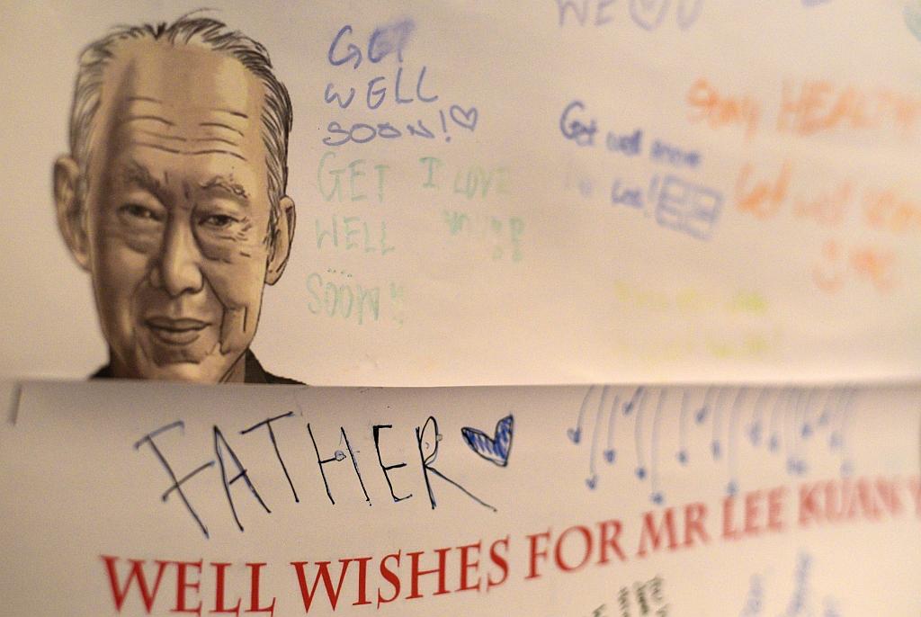 Một thẻ cũng get là trái tại các bệnh viện, nơi Lee Kuan Yew đã được điều trị trong 6 tuần qua trên Thứ Bảy 21 tháng 3, 2015 tại Singapore. Sức khỏe của Lee Kuan Yew, người sáng lập 91 tuổi của Singapore, đã xấu đi hơn nữa, chính phủ đưa ra hôm nay. (AP Photo / Joseph Nair)