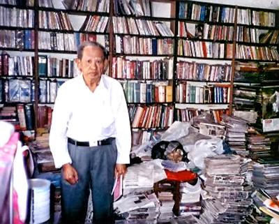 """Ông """"Khai Trí"""" Nguyễn Hùng Trương với kho sách của ông, ở những năm cuối đời. Nguồn: Nguyên Ngọc Chính."""