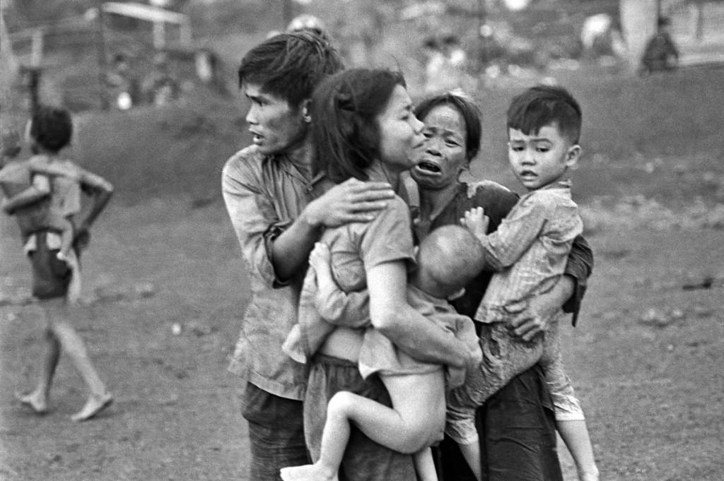 Tháng 6, 1965: Đồng Xoài, Vietnam. Nguồn:  AP/Horst Faas