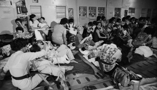 Hành khách trên máy bay chở hàng C-5A rơi ngay sau khi cất cánh gần Sài Gòn vào ngày 4 Tháng 4, năm 1975. Ảnh: Corbis; Red Door tức Hồng Kông