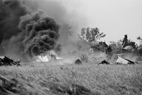 Những cột khói từ đống đổ nát tại nơi máy bay rớt gần căn cứ không quân Tân Sơn Nhứt.