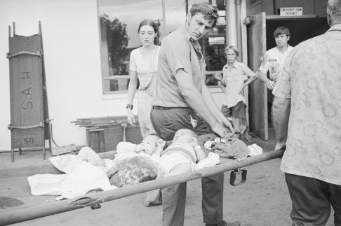 Hai trẻ sơ sinh thoát nạn được đưa tới bệnh viện ở Sài Gòn.