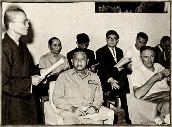Thượng tọa Thích Huyền Quang tại Lễ khai mạc Đại hội Phật Giáo Thống Nhất. Ngồi hàng đầu là ĐT Dương Văn Minh và ĐS Mỹ Henry Cabot Lodge1964. Nguồn: thuvienhoasen.org