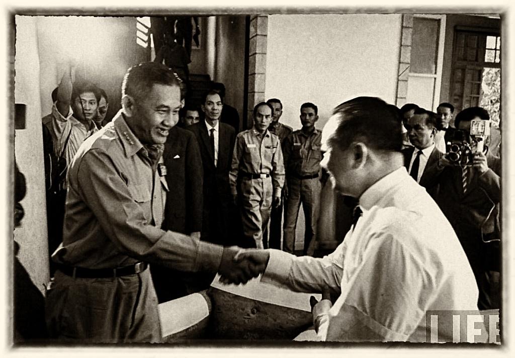 Đại tướng Dương Văn Minh bắt tay Bác síc Lê Khắc Quyến, một thành viên của Thượng Hội đồng Quốc Gia. Ảnh: LIFE