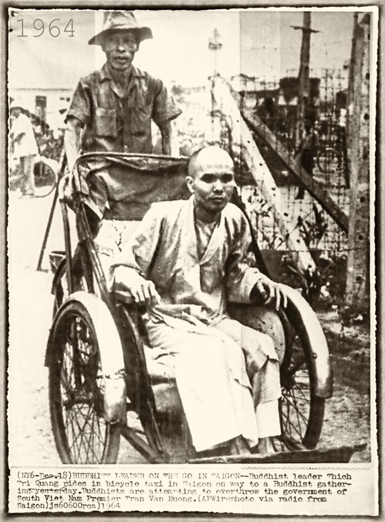 Thượng tọa Thích Trí Quang đi xích lô đạp, Saigon 18 tháng 12, 1964. Nguồn: AP