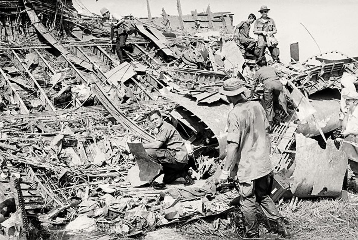 Tân Sơn Nhất, Nam Việt Nam,  4 tháng 4 năm 1975 | Sĩ quan Mỹ trong đống đổ nát của chiếc máy bay vận tải Mỹ C5A rơi ở đây ngay sau khi cất cánh. Chuyến bay này chở 305 người đến Hoa Kỳ, 243 trong số đó là trẻ mồ côi Việt Nam. Ít nhất có 178 người chết trong vụ tai nạn, đây là vụ tai nạn đầu tiên của loại máy bay C5A. Nguồn hình: © Bettmann / Corbis