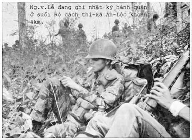 Viết trên đường giải vây An Lộc. Hình chụp người lính biệt kích dù đang viết nhật ký hành quân khi dừng quân tại Suối Rô cách An Lộc 4 cây số. Nguồn: Internet