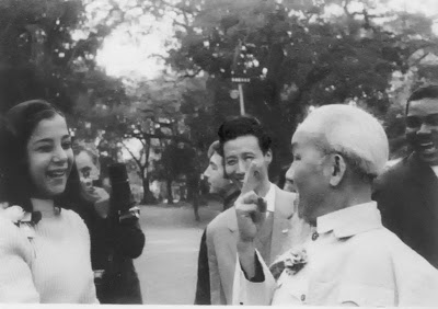 Hồ Chí Minh giơ ngón giữa Nguồn: OntheNet