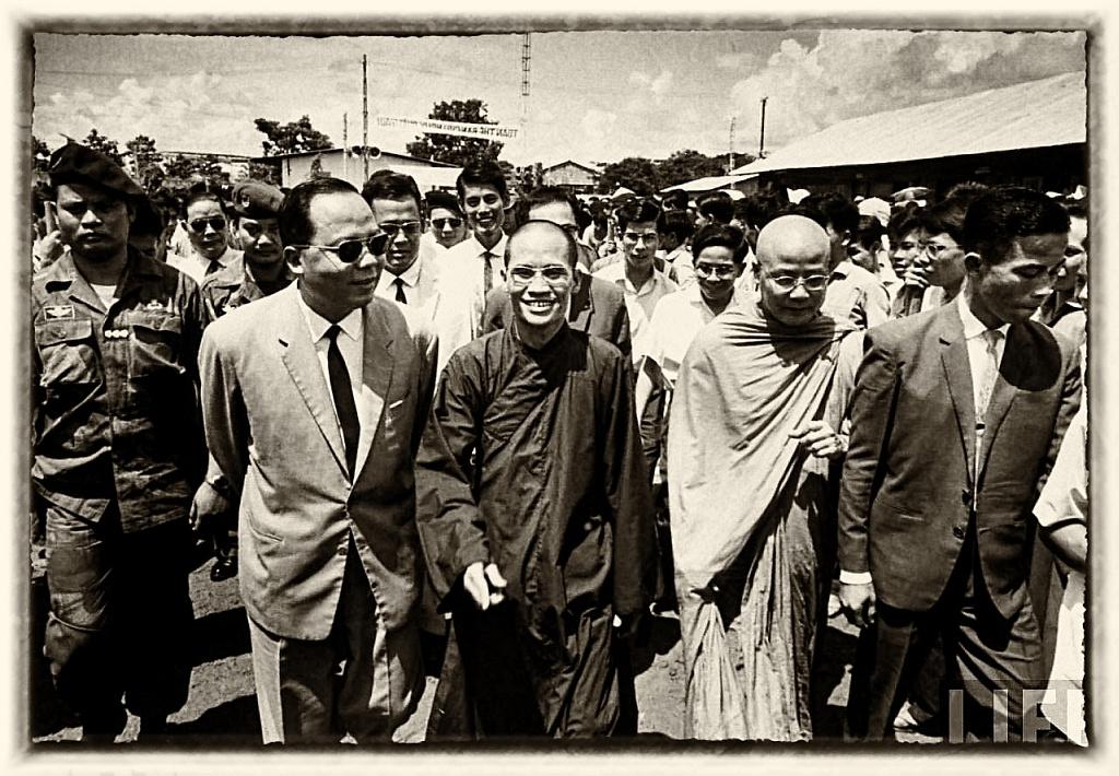 TRung tướng Nguyes Khánh và Thương tọa Thích Tâm Châu, Viện trưởng Viện Hóa Đạo. Saigon, háng 9, 1964. Ảnh: LIFE