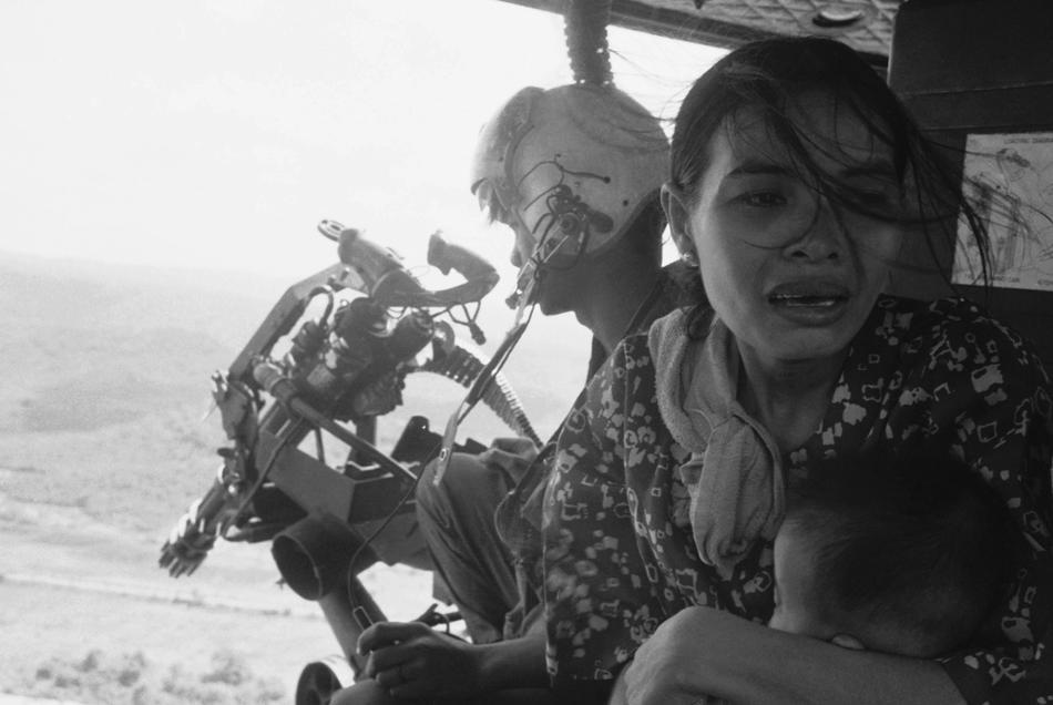 Mẹ trẻ ôm con thơ trên chiếc trưc thăng chạy khỏi Tuy Hòa, 22 Thàng 3, 1975 Nguồn: AP Photo/ Nick Ut.