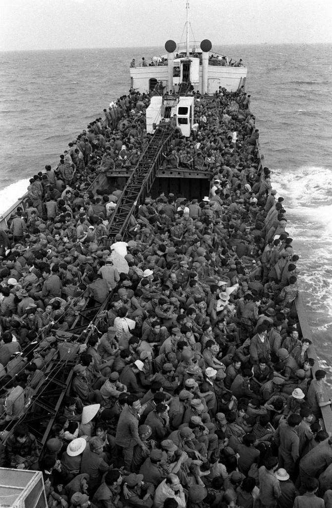 Quân đội Nam Việt lấp đầy mọi không gian có sẵn trên một con tàu di tản họ từ biển Thuận An, gần Huế, Đà Nẵng như Cộng quân tiến vào tháng Ba, 1975. (AP Photo / Cung)