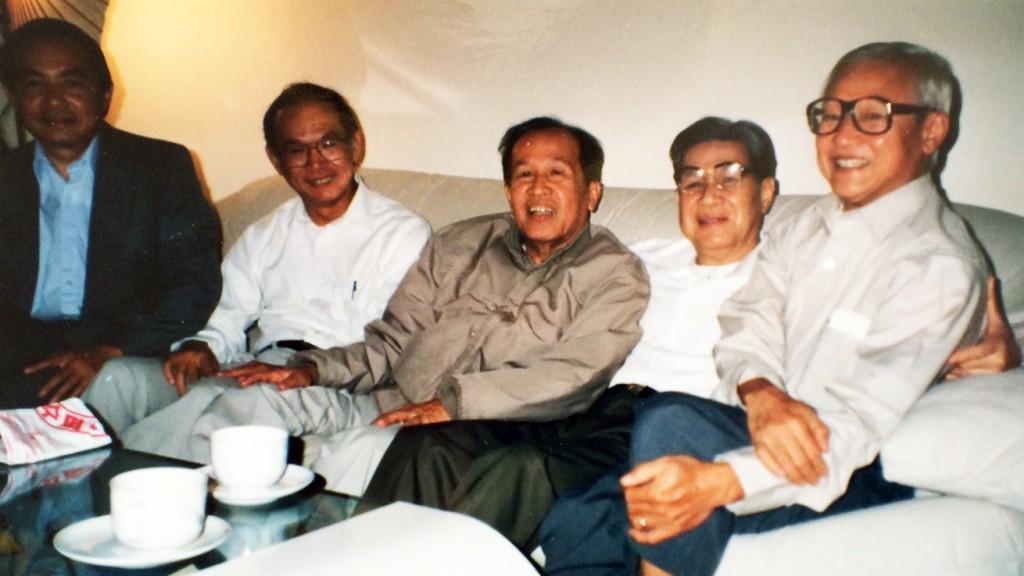 Từ phải: Từ Mẫn, Võ Thắng Tiết, Lê Ngộ Châu, Võ Phiến, Nguyễn Mộng Giác, Lê Tất Điều (California 1994)