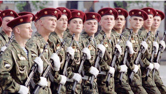 Diễn hành Ngày Chiến thắng ở Nga là một sự kiện lớn phô trương sức mạnh quân sự hàng năm vào ngày 9 tháng 5. Hình năm 1995.