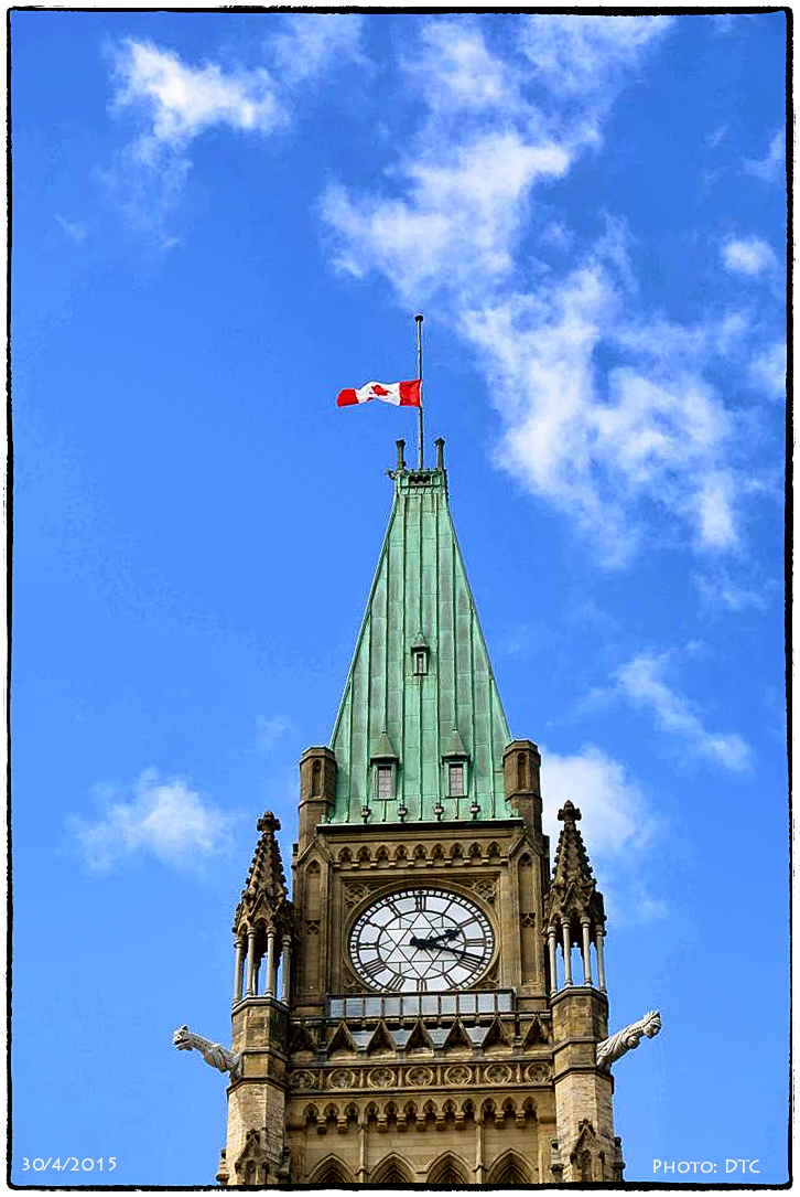 Cờ rũ trên đỉnh của Quốc hội Canada, Ottawa 30/4/2015. Ảnh: DTC