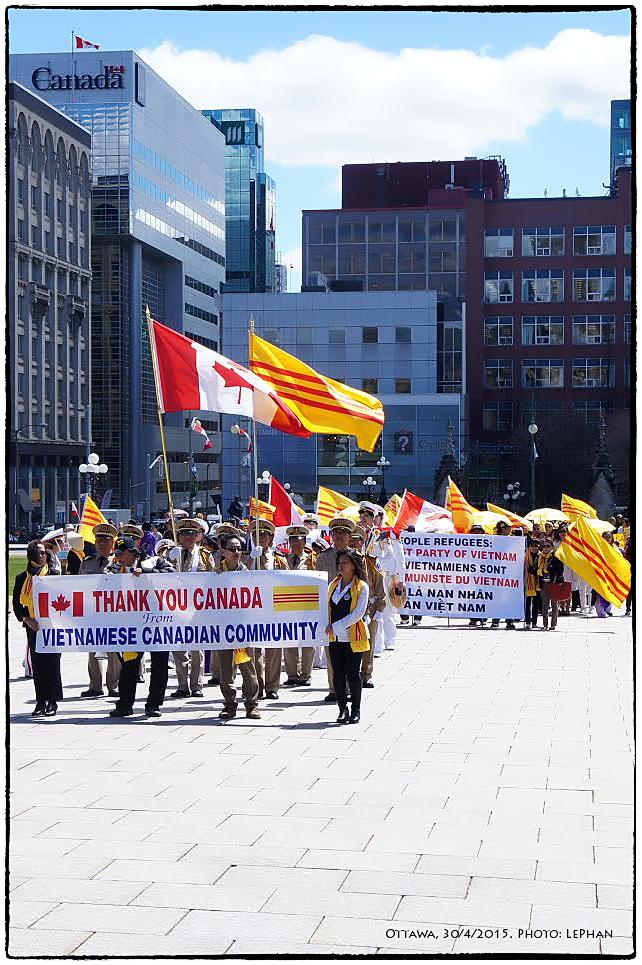 Đoàn người Việt vàn tiền đình Quốc hội, Ottawa, 30/4/2015. Ảnh: LePhan