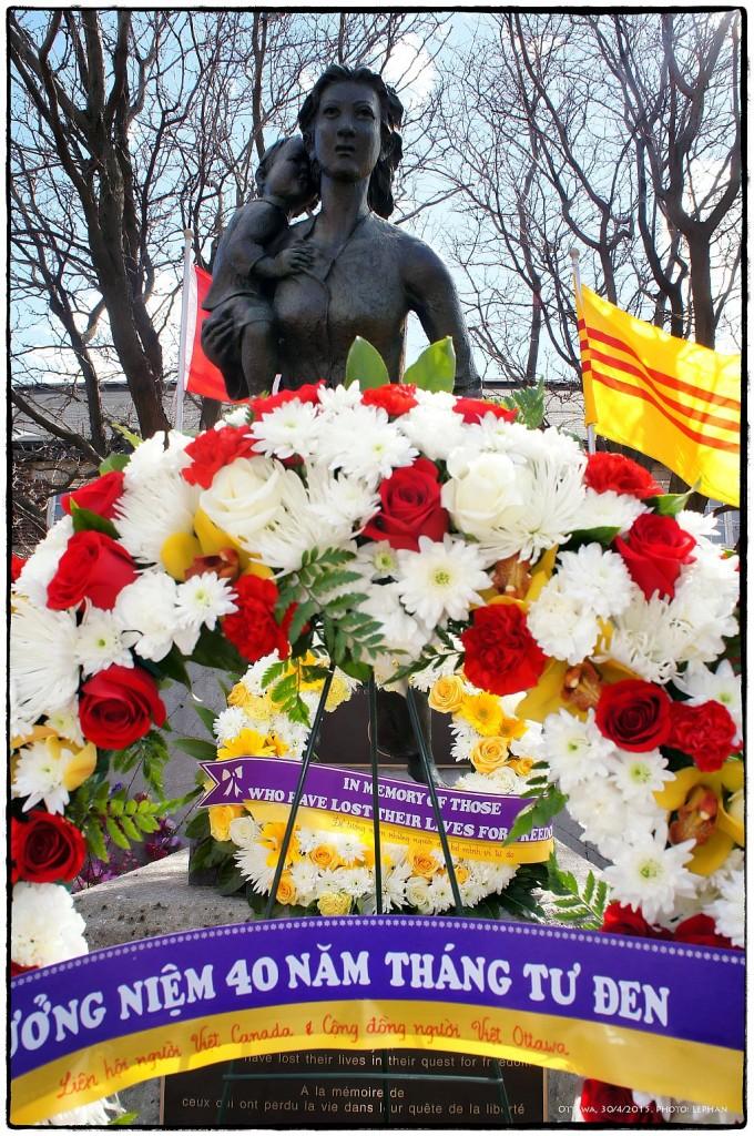 Nhớ tháng Tư Đen, tưởng niệm những người đã bỏ mình trên đường tìm Tự do ỏ tượng đài Mẹ bồng con đi tị nạn. Ottawa, 30/4/2015. Ảnh: LePhan