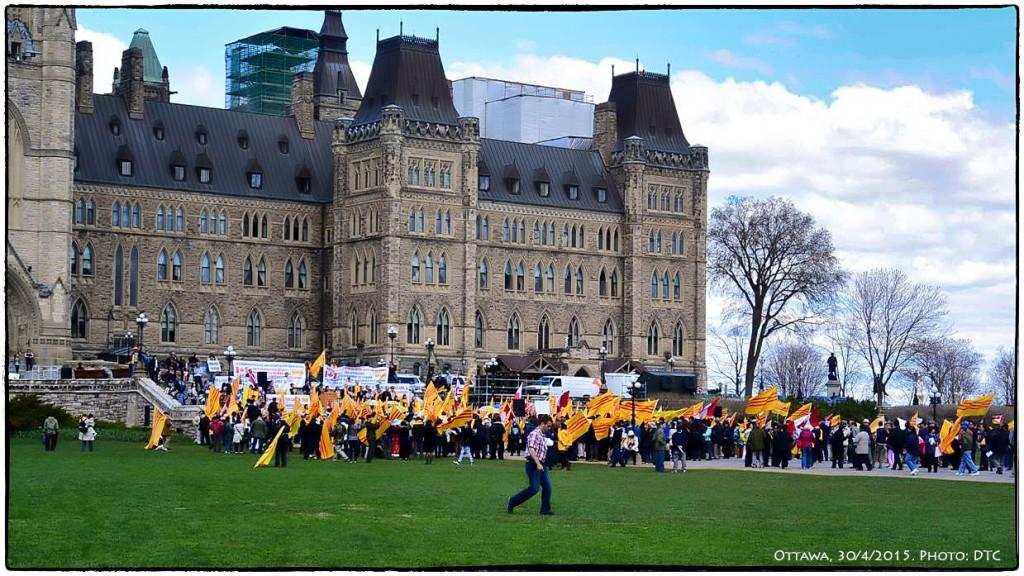Người Canada gốc Việt về Thủ đô tưởng niệm ngày 30 tháng 4. Ottawa, 30/4/2015. Ảnh: DTC