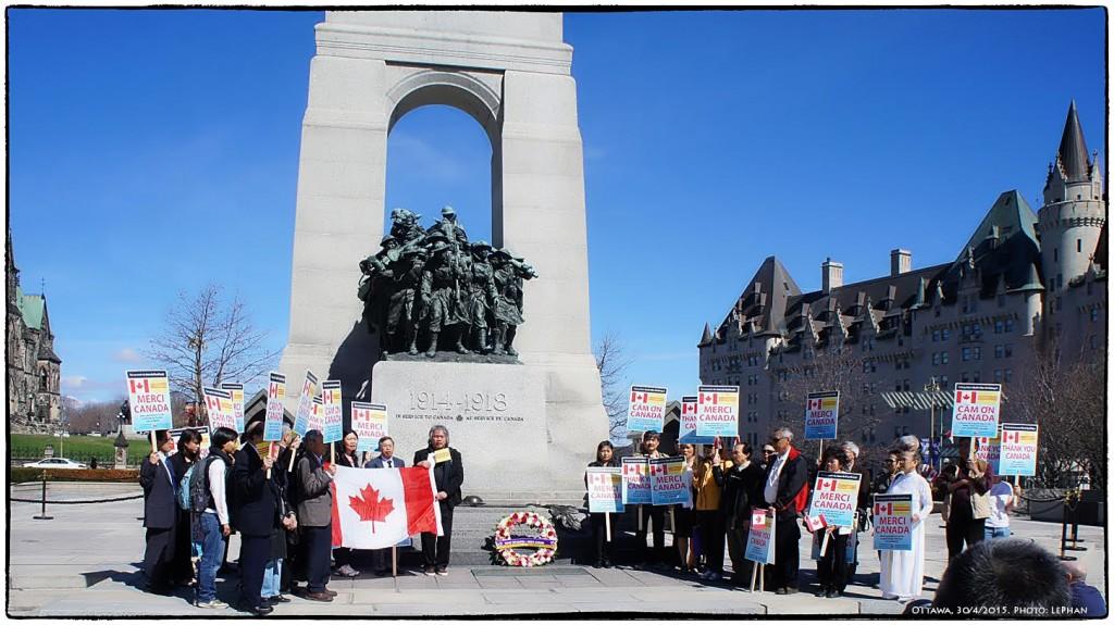 Người Canada gốc Việt tị nạn cộng sản đến Đài tưởng niệm Chiến sĩ trận vong cảm ơn Canada nhân ngày 30 tháng Tư . Ottawa, 30/4/20015. Ảnh: LePhan