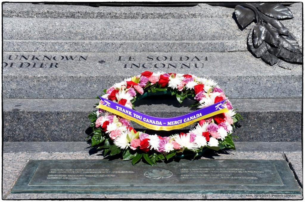 Trước mộ chiến sĩ vô danh, Ottawa, 30/4/2015. Ảnh: LePhan.