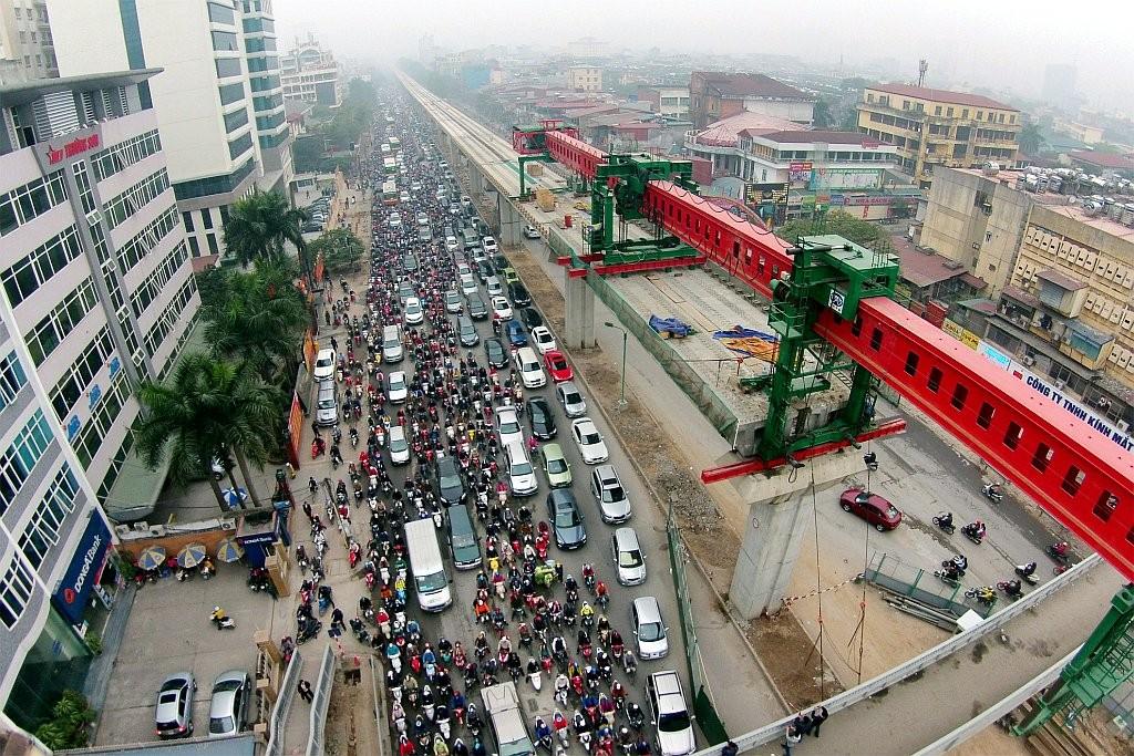 Sự gia tăng số lượng xe máy nổ hai bánh và hiện tượng dân số ngày mỗi tăng đã làm trầm trọng thêm tình trạng ùn tắc. Nguofn: Zing.vn