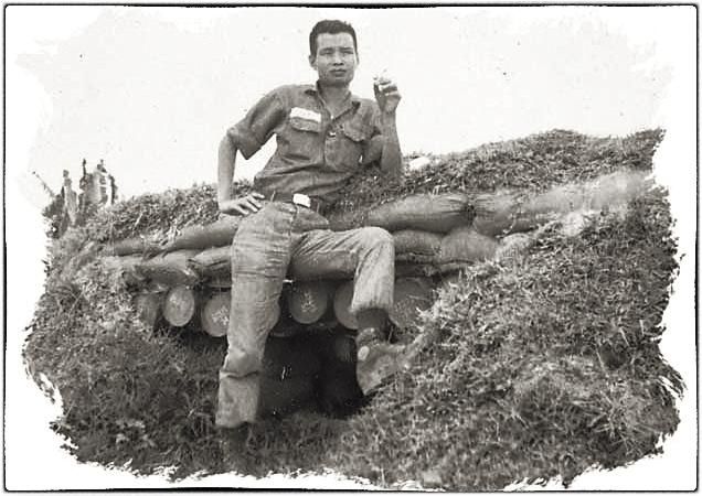 Chuẩn úy Nguyễn Văn Uy trước hầm trú ẩn ở đồn Nora, vùng núi Tà Dôn, Bình Thuận. 1969. Nguồn Thư quán Brn thảo số tháng 2/2005