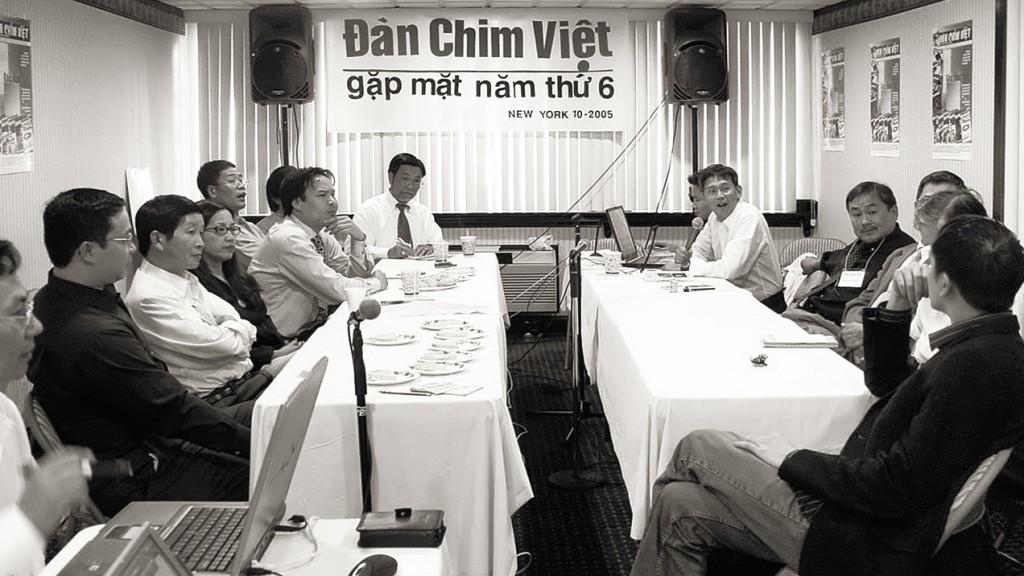 Phước, áo đen ngồi bên phải, trong phiên họp với Đàn Chim Việt, tháng 10, 2005. USA. Nguồn Đàn Chim Việt.