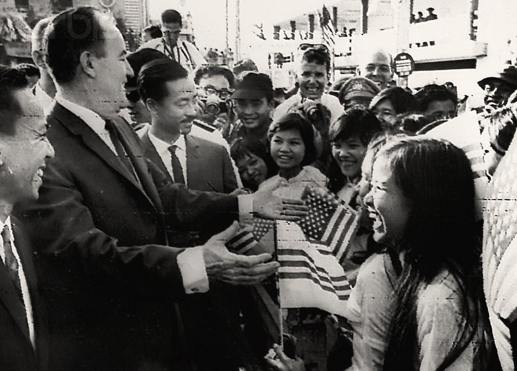 """CTUBHPTU Nguyễn cao Kỳ, PTT Mỹ Humphrey thăm viếng Quận 8 ngày 10 tháng 2, 1966, """"Tôi đã nhìn thấy ở đây cuộc cách mạng xã hội"""" - Humphrey. Nguồn: Corbis"""