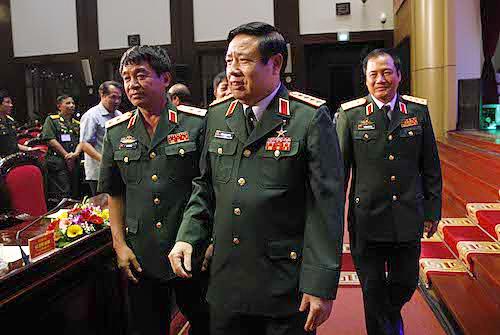 Tướng Phùng Quang Thanh hôm 27/7/2015; bìa trái là tướng Võ Văn Tuấn. Nguồn ảnh: Hoàng An