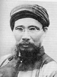 """Cụ Phan Bội Châu (1867-1940) đã viết """"Việt Nam vong quốc sử"""" (1905) và những tác phẩm khác bằng Hán tự. Nguồn: Vô danh - Licensed under Public Domain via Wikimedia Commons"""