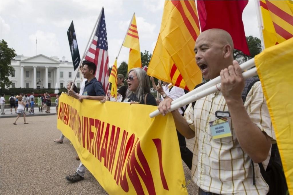 Biểu tình đòi nhân quyền cho Việt Nam trước Nhà trắng khi Barack Obama tiếp Nguyễn Phú Trọng (7/7/2015). Nguồn: EPA/MICHAEL REYNOLDS